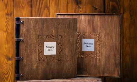 шикарная свадебная фотокнига , обложка из дерева с металической шильдой  и подарочной коробкой
